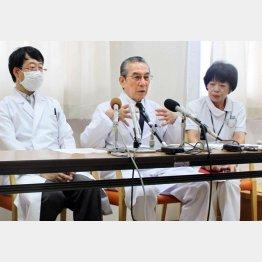 岐阜県の初回立ち入り調査の翌日に会見した折茂理事長(中央)/(C)共同通信社