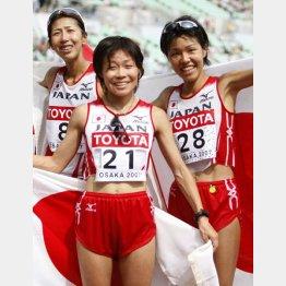 07年世陸女子マラソンは団体で銅メダル(左から3位の土佐礼子、6位の嶋原、23位の橋本康子=記録は14位の小崎まりまでの3人)/(C)共同通信社