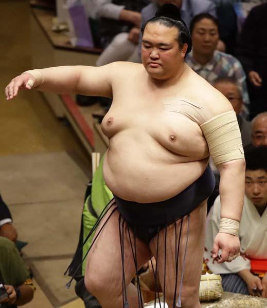 「ムリするな」という相撲協会とは対照的に…(C)日刊ゲンダイ