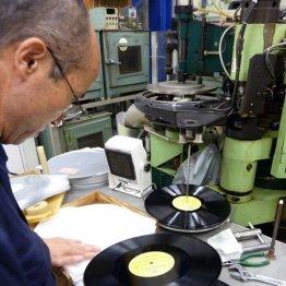 レコード、カセット、ポジフィルム… こだわりの若者は情緒で選ぶ