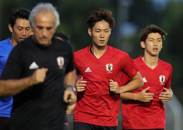 リラックスした表情で練習メニューを消化した杉本(左はハリルホジッチ監督、右はFW大迫)/(C)Norio ROKUKAWA/Office La Strada