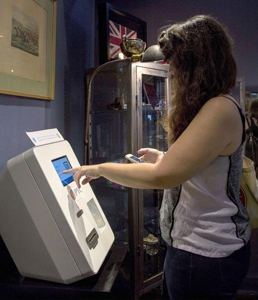 ビットコインのATMを利用する女性(C)ロイター=共同