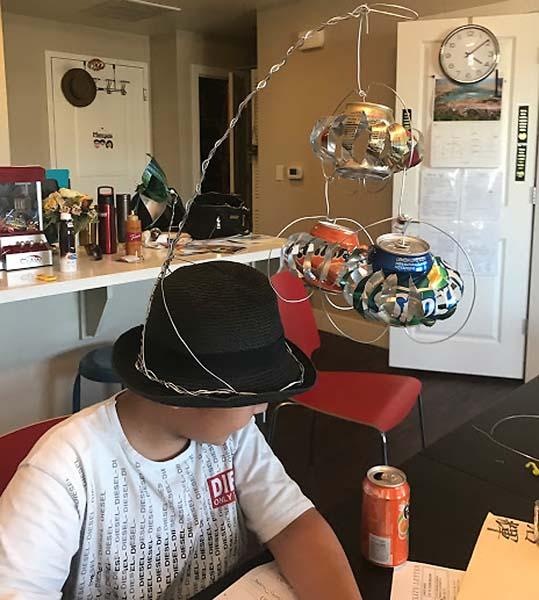 帽子に風車をつけた実験(C)日刊ゲンダイ