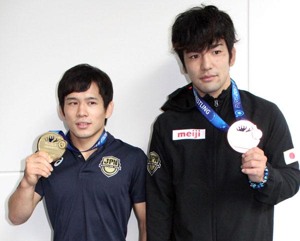 フリースタイル57キロ級金メダル高橋侑希(左)と70キロ級銅メダル藤波勇飛(C)日刊ゲンダイ