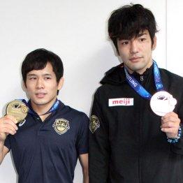 フリースタイル57キロ級金メダル高橋侑希(左)と70キロ級銅メダル藤波勇飛