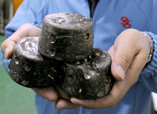 レアアースを化学処理して塊にした磁石の原料(C)共同通信社