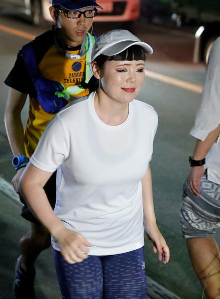 ゴールの武道館へひた走るブルゾン(C)日刊ゲンダイ