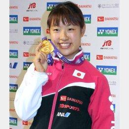 金メダルを見せながら笑顔の奥原(C)日刊ゲンダイ