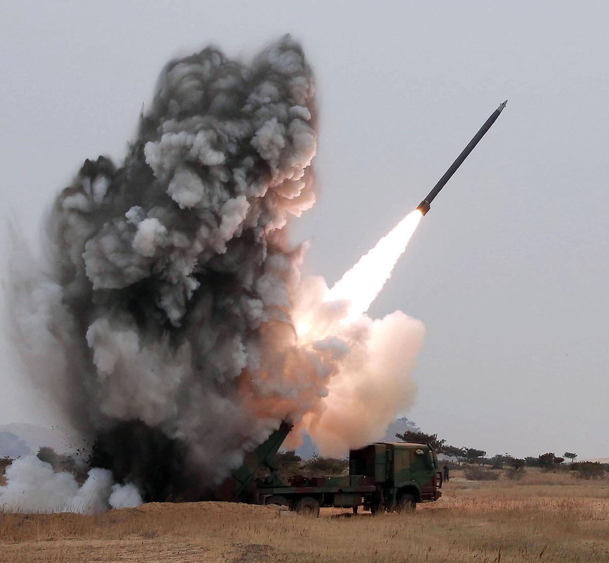 26日に短距離ミサイルを発射したばかり(写真は16年3月の同タイプのロケット)(C)朝鮮中央通信=共同