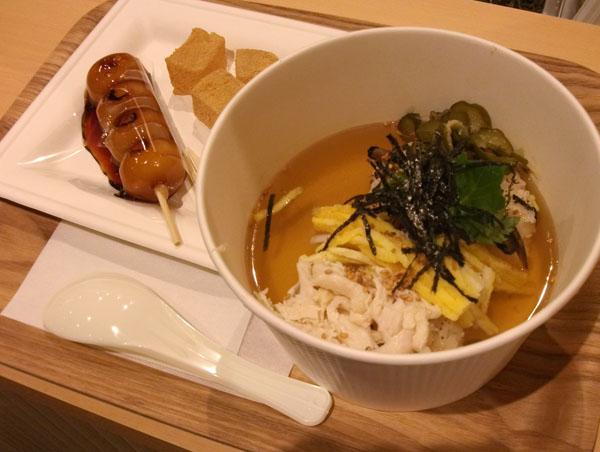 鶏飯(けいはん)のセットは700円/(C)日刊ゲンダイ