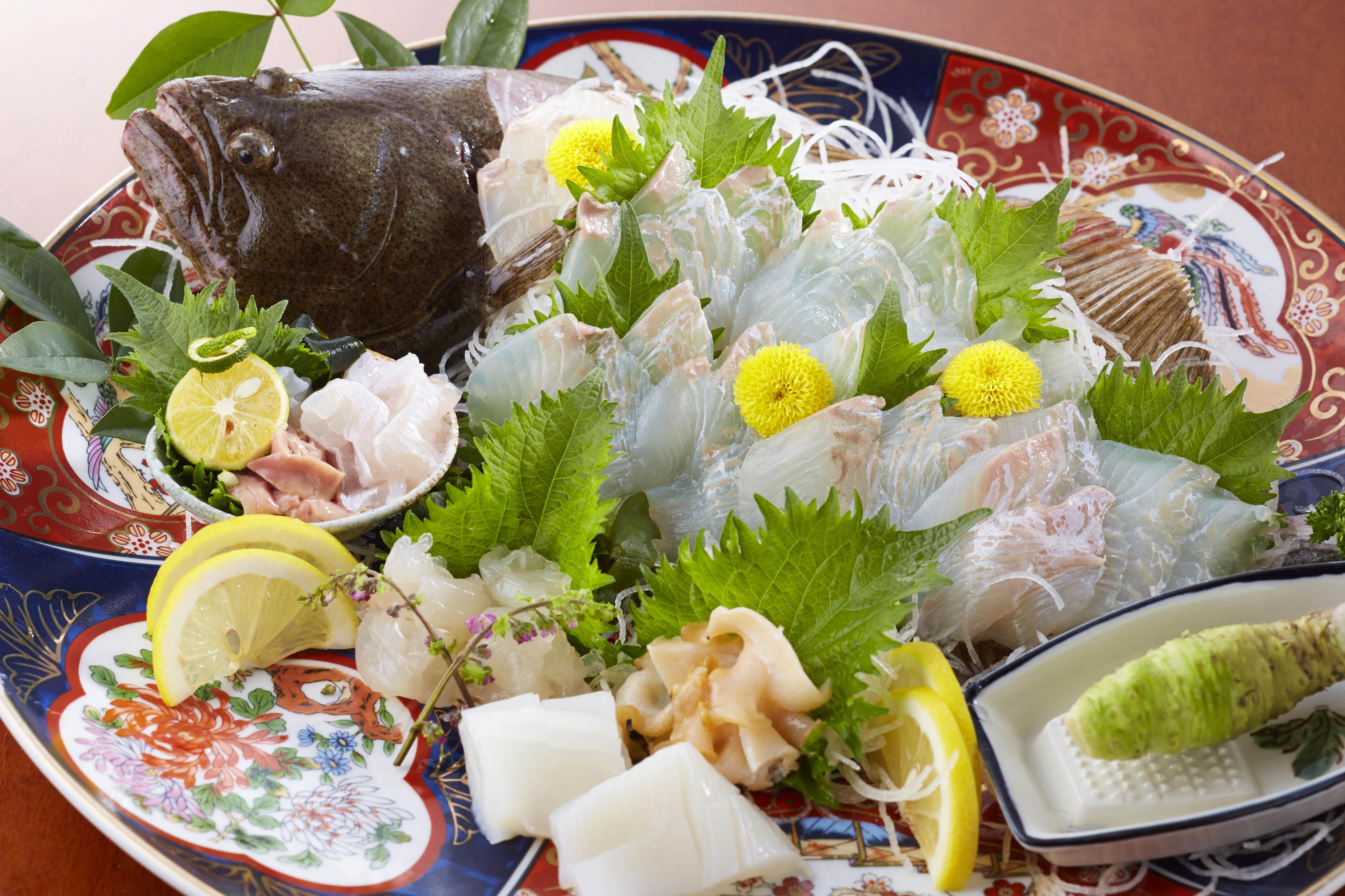 漁協の仲卸が営む民宿で鮮度抜群の魚介類を食べる(C)日刊ゲンダイ