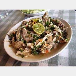 雲南省西双版納タイ族の「檸檬鳥」ライム、生唐辛子、ハーブで味付けした茹で鶏 (酒徒さん提供)