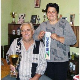 父ステファンさん(左)と母ツェッツァさん(C)共同通信社