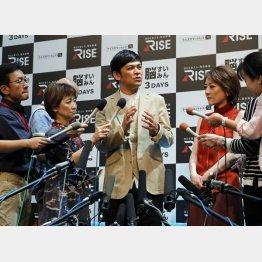 イベントで登壇したますだおかだの岡田圭右、右は西川史子(C)日刊ゲンダイ