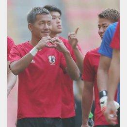 試合前日の練習前に「ハートマーク」をつくっておどけるMF井手口(C)Norio ROKUKAWA/office La Strada