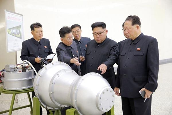 核弾頭の開発現場をご満悦視察(C)朝鮮通信=共同