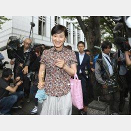 報道陣に囲まれ不敵にほほえむ(C)日刊ゲンダイ