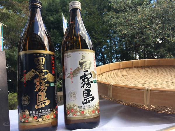 霧島酒造「黒霧島」と「白霧島」/(C)日刊ゲンダイ