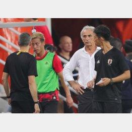 試合後にブ然とするハリルホジッチ監督と後半からベンチに下がった本田(C)Norio ROKUKAWA/Office La Strada