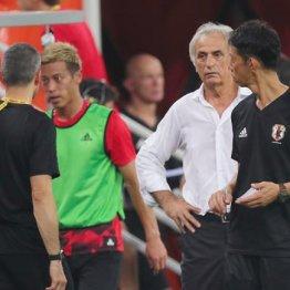 試合後にブ然とするハリルホジッチ監督と後半からベンチに下がった本田