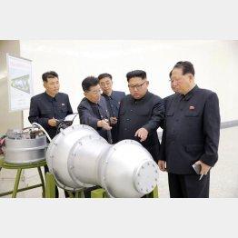 「水爆」とみられる物体を視察する北朝鮮の金正恩朝鮮労働党委員長(右から2人目)/(C)朝鮮通信=共同