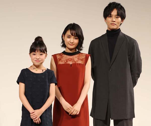左から新井美羽、葵わかな、松坂桃李(C)日刊ゲンダイ