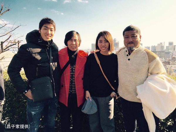 右から父・力さん、姉・楓さん、母・直美さん(昌子家提供)