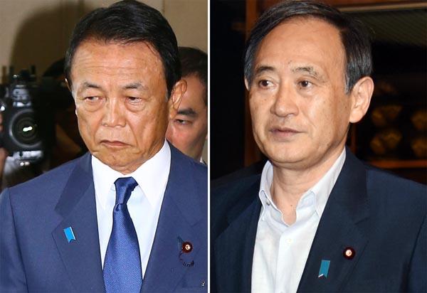 菅長官(右)も麻生大臣も質問に応える気なし/(C)日刊ゲンダイ