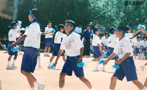 あどけない表情で体育際に参加する中学1年の昌子(昌子家提供)