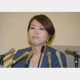 新代表に就任した荒木千陽都議(C)日刊ゲンダイ