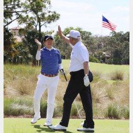 2月の訪米時もフロリダでゴルフを楽しんだ(内閣広報室提供・共同)