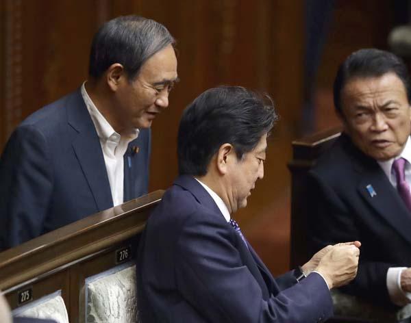 軍事一辺倒の政権(C)日刊ゲンダイ