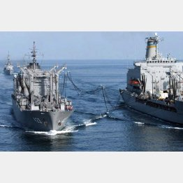 03年、テロ特措法に基づき米艦船(右)に洋上給油する海上自衛隊の補給艦「ときわ」(C)共同通信社