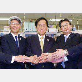 グループで強い(左からみずほ銀・藤原頭取、FG・佐藤社長、信託・飯盛社長)/(C)共同通信社