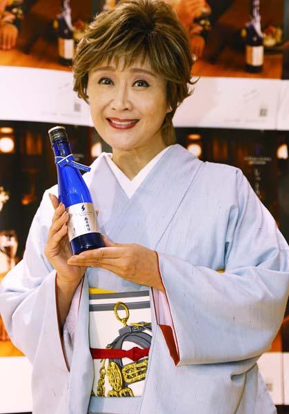 初プロデュースの日本酒を披露(C)日刊ゲンダイ