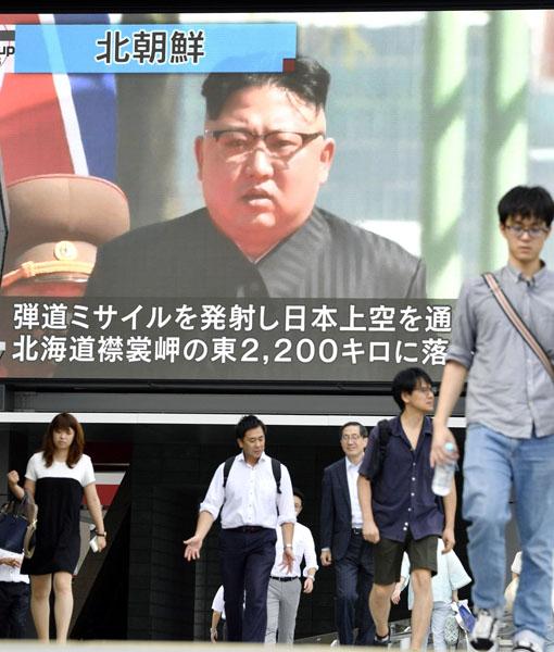 日本メディアは安倍首相以上に前のめり(C)共同通信社