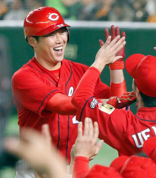 野球の女神は新井にゾッコン(C)日刊ゲンダイ