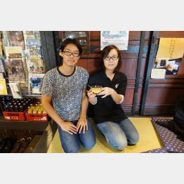 「銀水」でかんざしを作っている杉山大輔さん・佳恵さん夫婦/(C)日刊ゲンダイ