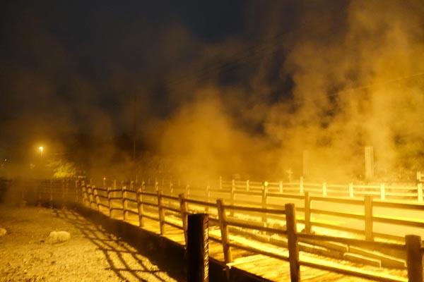 夜の雲仙地獄は不思議な世界(C)日刊ゲンダイ