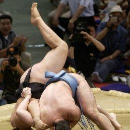 05年7月場所で横綱朝青龍(左)を撃破