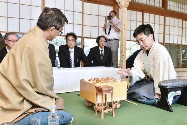 8月の王位戦で菅井七段に敗れる(C)共同通信社