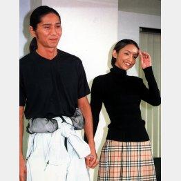 SAM(左)との入籍・妊娠記者会見での安室奈美恵/(C)日刊ゲンダイ