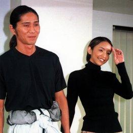 SAM(左)との入籍・妊娠記者会見での安室奈美恵