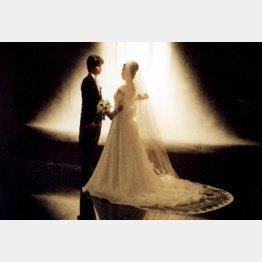 結婚式を挙げないカップルも増えている(C)日刊ゲンダイ