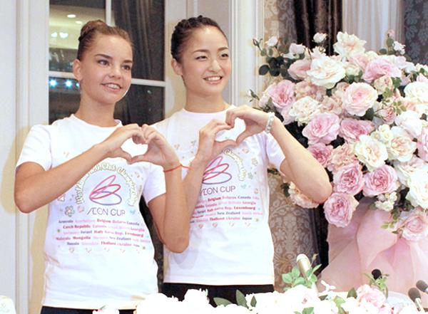 世界女王ディナ(左)とポーズをとる皆川/(C)日刊ゲンダイ
