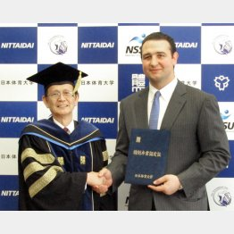 日体大の学長から特別卒業認定証を授与される親方(C)共同通信社