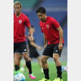兵庫出身のMF香川(右)と大阪出身のFW本田/(C)Norio ROKUKAWA/office La Strada