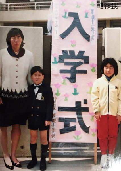 小学校の入学式に母・直美さんと姉・楓さんと(昌子家提供)