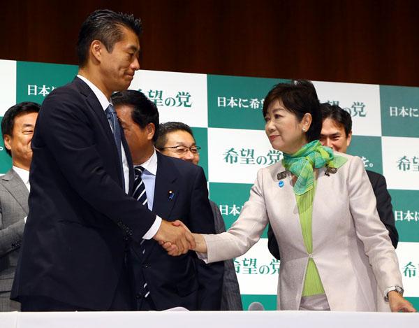 「希望の党」結党大会で握手をする小池代表と細野氏/(C)日刊ゲンダイ