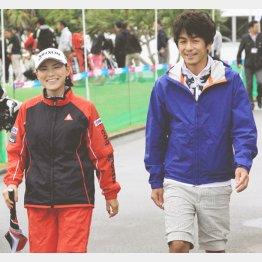 横峯さくら(左)と夫の森川陽太郎氏(C)日刊ゲンダイ